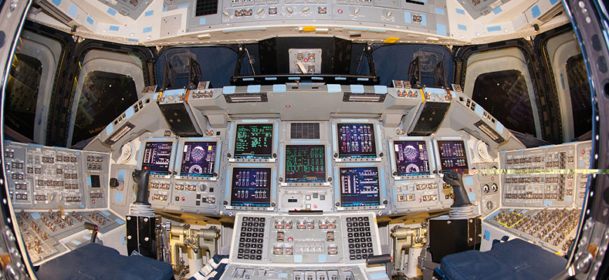 Atlantis_Flight_Deck_12