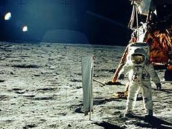 Первых астронавтов на Луне сопровождал НЛО